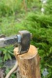 Η διαδικασία το ξύλο με έναν μπαλτά Τσεκούρι στο κούτσουρο στοκ φωτογραφία με δικαίωμα ελεύθερης χρήσης