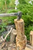Η διαδικασία το ξύλο με έναν μπαλτά Τσεκούρι στο κούτσουρο στοκ εικόνα με δικαίωμα ελεύθερης χρήσης