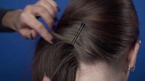 Η διαδικασία το hairstyle στον κομμωτή με hairpins, στιλίστας τρίχας κάνει το hairstyle για τον πελάτη της, βήματα απόθεμα βίντεο