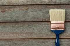 Η διαδικασία των ξύλινων επιφανειών ζωγραφικής με μια βούρτσα στοκ εικόνες