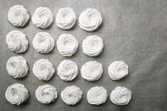 Η διαδικασία marshmallow Κλείστε επάνω τα χέρια του αρχιμάγειρα με την κρέμα τσαντών βιομηχανιών ζαχαρωδών προϊόντων στο έγγραφο  στοκ φωτογραφίες