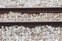 Η διαδρομή σιδηροδρόμων στο αμμοχάλικο για τη μεταφορά τραίνων με το διάστημα αντιγράφων προσθέτει το κείμενο Στοκ φωτογραφία με δικαίωμα ελεύθερης χρήσης