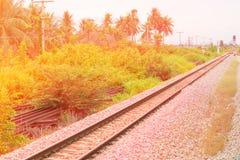 Η διαδρομή σιδηροδρόμων στο αμμοχάλικο για τη μεταφορά τραίνων με το φως του ήλιου με το διάστημα αντιγράφων προσθέτει το κείμενο στοκ εικόνες