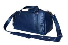 Η διακινούμενη τσάντα δέρματος του μπλε χρώματος με ένα μετακινούμενο λουρί ώμων, αυτό είναι απομονωμένη σε ένα άσπρο υπόβαθρο Στοκ φωτογραφία με δικαίωμα ελεύθερης χρήσης