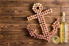 Η διακοσμητική άγκυρα σκαφών φιαγμένη από μπουκάλι κρασιού βουλώνει Στοκ εικόνα με δικαίωμα ελεύθερης χρήσης