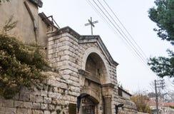 Η διακοσμητική αψίδα πέρα από την πύλη εισόδων ελληνικού ορθόδοξου Metropolite της Ναζαρέτ στην παλαιά πόλη της Ναζαρέτ στο Ισραή Στοκ εικόνα με δικαίωμα ελεύθερης χρήσης