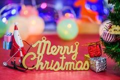Η διακόσμηση επιστολών Χριστουγέννων με κάνοντας πατινάζ Άγιο Βασίλη και παρουσιάζει στο bokeh Στοκ Εικόνα