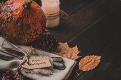 Η διακόσμηση ημέρας των ευχαριστιών με τα μαχαιροπήρουνα και η πετσέτα στον ξύλινο πίνακα, κλείνουν επάνω Στοκ Φωτογραφίες