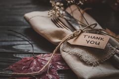 Η διακόσμηση ημέρας των ευχαριστιών με τα μαχαιροπήρουνα και η πετσέτα στον ξύλινο πίνακα, κλείνουν επάνω Στοκ εικόνες με δικαίωμα ελεύθερης χρήσης
