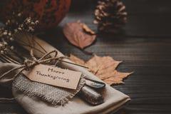 Η διακόσμηση ημέρας των ευχαριστιών με τα μαχαιροπήρουνα και η πετσέτα στον ξύλινο πίνακα, κλείνουν επάνω Στοκ φωτογραφίες με δικαίωμα ελεύθερης χρήσης