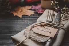 Η διακόσμηση ημέρας των ευχαριστιών με τα μαχαιροπήρουνα και η πετσέτα στον ξύλινο πίνακα, κλείνουν επάνω Στοκ εικόνα με δικαίωμα ελεύθερης χρήσης