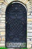 Η διακόσμηση πορτών με τα περίκομψα στοιχεία επεξεργασμένος-σιδήρου, κλείνει επάνω στοκ φωτογραφίες με δικαίωμα ελεύθερης χρήσης