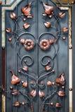 Η διακόσμηση πορτών με τα περίκομψα στοιχεία επεξεργασμένος-σιδήρου, κλείνει επάνω στοκ εικόνες