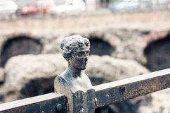 Η διακόσμηση στο φράκτη καταστρέφει πλησίον παλαιό ρωμαϊκό Romano Anfiteatro αμφιθεάτρων στην Κατάνια, Σικελία, Ιταλία στοκ εικόνες