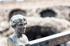 Η διακόσμηση στο φράκτη καταστρέφει πλησίον παλαιό ρωμαϊκό Romano Anfiteatro αμφιθεάτρων στην Κατάνια, Σικελία, Ιταλία στοκ εικόνα
