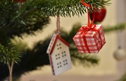 Η διακόσμηση του χριστουγεννιάτικου δέντρου του δωματίου Στοκ Φωτογραφίες