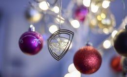 Η διακόσμηση Χριστουγέννων κρεμά σε ένα δέντρο στοκ φωτογραφία με δικαίωμα ελεύθερης χρήσης