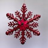 Η διακόσμηση Χριστουγέννων που κρεμά το κόκκινο αστέρι πάγου με ακτινοβολεί στοκ εικόνες