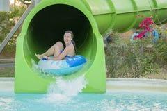 Η διασκέδαση στο ήλιος-όμορφο κορίτσι στο μπικίνι έρχεται κάτω από την υδατόπτωση νερού μέσα στην πισίνα Όμορφο κορίτσι που οδηγά στοκ φωτογραφία
