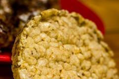 η διατροφή κριτσανίζει - τριζάτο ψωμί του σίτου, του ρυζιού και των φρούτων, σύσταση στοκ φωτογραφία
