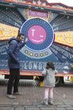 η διαφημιστική επιχείρηση ` Star Wars ` κοντά στον κήπο Covent Οι ανεμιστήρες στο αστείο φόρεμα θέτουν Στοκ φωτογραφία με δικαίωμα ελεύθερης χρήσης