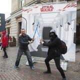 η διαφημιστική επιχείρηση ` Star Wars ` κοντά στον κήπο Covent Οι ανεμιστήρες θέτουν Στοκ φωτογραφίες με δικαίωμα ελεύθερης χρήσης