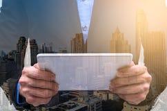 Η διπλή έκθεση του επιχειρηματία έχει την εργασία με τη μακροχρόνια έκθεση στοκ εικόνα με δικαίωμα ελεύθερης χρήσης