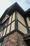 Η δομή γωνιών του σπιτιού Σύσταση - τεχνητή διακοσμητική πέτρα façade γκρίζα σύσταση υποβάθρου τοίχων πετρών χρώματος τραχιά Στοκ Εικόνα