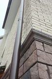 Η δομή γωνιών του σπιτιού Σύσταση - τεχνητή διακοσμητική πέτρα façade γκρίζα σύσταση υποβάθρου τοίχων πετρών χρώματος τραχιά Στοκ εικόνα με δικαίωμα ελεύθερης χρήσης