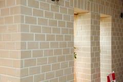 Η δομή γωνιών του σπιτιού Σύσταση - τεχνητή διακοσμητική πέτρα façade γκρίζα σύσταση υποβάθρου τοίχων πετρών χρώματος τραχιά Στοκ Φωτογραφίες