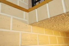 Η δομή γωνιών του σπιτιού Σύσταση - τεχνητή διακοσμητική πέτρα façade γκρίζα σύσταση υποβάθρου τοίχων πετρών χρώματος τραχιά Στοκ φωτογραφίες με δικαίωμα ελεύθερης χρήσης