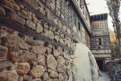 Η δομή του αρχαίου τοίχου πετρών παρουσιάζει ένθετο ξυλείας στον τοίχο για να υποστηρίξει το κτήριο Οχυρό Shigar στοκ εικόνες
