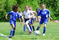 Η δράση είναι γρήγορη σε αυτό το παιχνίδι ποδοσφαίρου κοριτσιών Στοκ Φωτογραφία