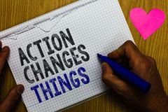 Η δράση κειμένων γραφής αλλάζει τα πράγματα Η έννοια που σημαίνει κάνοντας κάτι θα απεικονίσει άλλο multilin καταλόγων εγγράφου α Στοκ φωτογραφίες με δικαίωμα ελεύθερης χρήσης