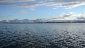 Η δυνατή άποψη ανοικτής θάλασσας με την αντανάκλαση ήλιων σπινθηρίσματος στην επιφάνεια φιορδ με τη δυνατή χιονώδη σειρά βουνών κ απόθεμα βίντεο