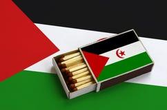 Η δυτική σημαία Σαχάρας παρουσιάζεται σε ένα ανοικτό σπιρτόκουτο, το οποίο γεμίζουν με τις αντιστοιχίες και βρίσκεται σε μια μεγά στοκ φωτογραφίες
