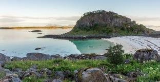 Η δύσκολη ακτή και μια αμμώδης παραλία πλησίον το νησάκι, ARS Στοκ εικόνες με δικαίωμα ελεύθερης χρήσης