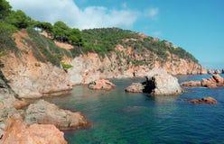 Η δύσκολη ακτή της Ισπανίας και η θάλασσα του όμορφου σμαραγδένιου χρώματος Στοκ φωτογραφία με δικαίωμα ελεύθερης χρήσης