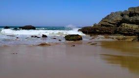 Η δύσκολη ακτή της Πορτογαλίας, κύματα του Ατλαντικού Ωκεανού, αμμώδης παραλία φιλμ μικρού μήκους