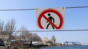 Η είσοδος απαγόρευσε το οδικό σημάδι που ταλαντεύεται στον αέρα πριν από την είσοδο στην περιοχή αποβαθρών φιλμ μικρού μήκους