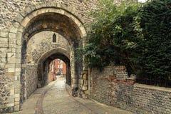 Η είσοδος και η διάβαση πεζών έξω από το Lewes Castle & κήποι, πόλη νομών του ανατολικού Σάσσεξ Παλαιός εκλεκτής ποιότητας ο ιστο στοκ φωτογραφία