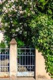 Η είσοδος πυλών σε έναν ανθίζοντας κήπο Στοκ εικόνες με δικαίωμα ελεύθερης χρήσης
