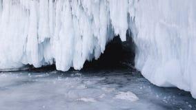 Η είσοδος στη σπηλιά πάγου μια ημέρα άνοιξη Ταξίδι στον πάγο της λίμνης Baikal στη Σιβηρία Σπασμένα παγάκια στοκ εικόνα