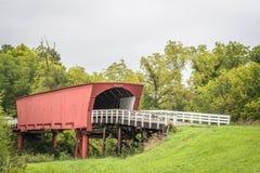 Η είσοδος στο εικονικό Roseman κάλυψε τη γέφυρα που εκτείνεται το μέσο ποταμό, Winterset, κομητεία του Μάντισον, Αϊόβα, ΗΠΑ στοκ φωτογραφία