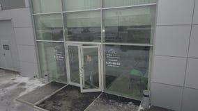 Η είσοδος γυαλιού κινηματογραφήσεων σε πρώτο πλάνο στο γραφείο και τον πελάτη τράπεζας βγαίνει απόθεμα βίντεο