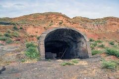 Η είσοδος σε ένα εγκαταλειμμένο ορυχείο στοκ εικόνα