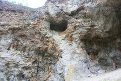 Η είσοδος σπηλιών στην πλευρά των δράκων λόφων είναι πλησίον! Στοκ φωτογραφίες με δικαίωμα ελεύθερης χρήσης