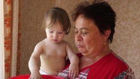 Η εγγονή ταΐζει στη γιαγιά της τις ώριμες φράουλες το παιδί ταΐζει mom τις κόκκινες φράουλες κόκκινο γιαγιάδων τροφών μωρών απόθεμα βίντεο
