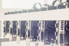 Η εγκατάσταση γεώτρησης μεταλλείας υποβάθρου Cryptocurrency, κλείνει επάνω της σειράς του GPU Στοκ φωτογραφία με δικαίωμα ελεύθερης χρήσης
