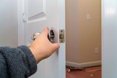 Η εγκατάσταση κλείδωσε τα εσωτερικά woodworker πορτών χέρια εγκαθιστά την κλειδαριά στοκ φωτογραφίες